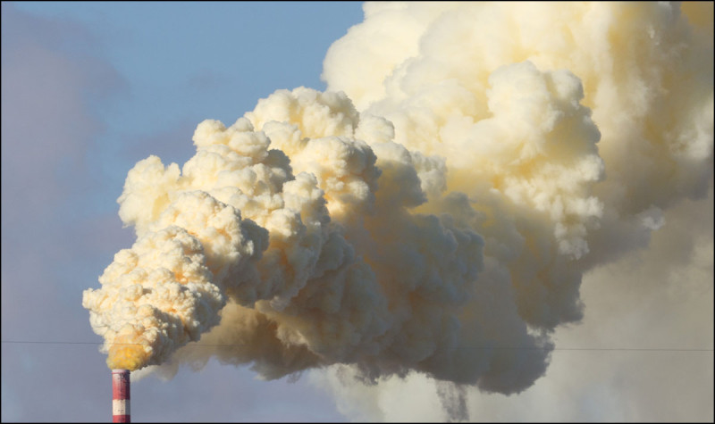 EDMONTON, ALTA.: OCTOBER,28, 2013: —A plume of yellow sulfur coloured smoke billows from the Suncor Energy refinery in Edmonton, Alta. around 2:52pm on September 28, 2013. The refinery is part of Alberta's Industrial Heartland.  (Ryan Jackson / Edmonton Journal)